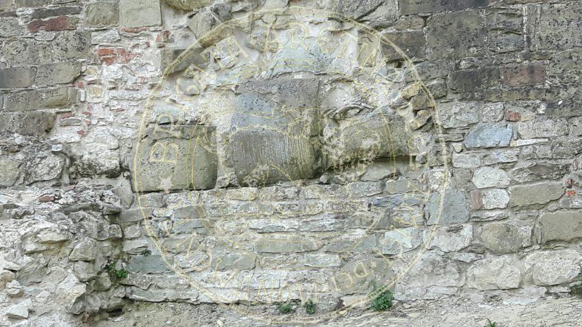 Particolare delle sezioni di colonna riutilizzate nella costruzione della Fortezza.